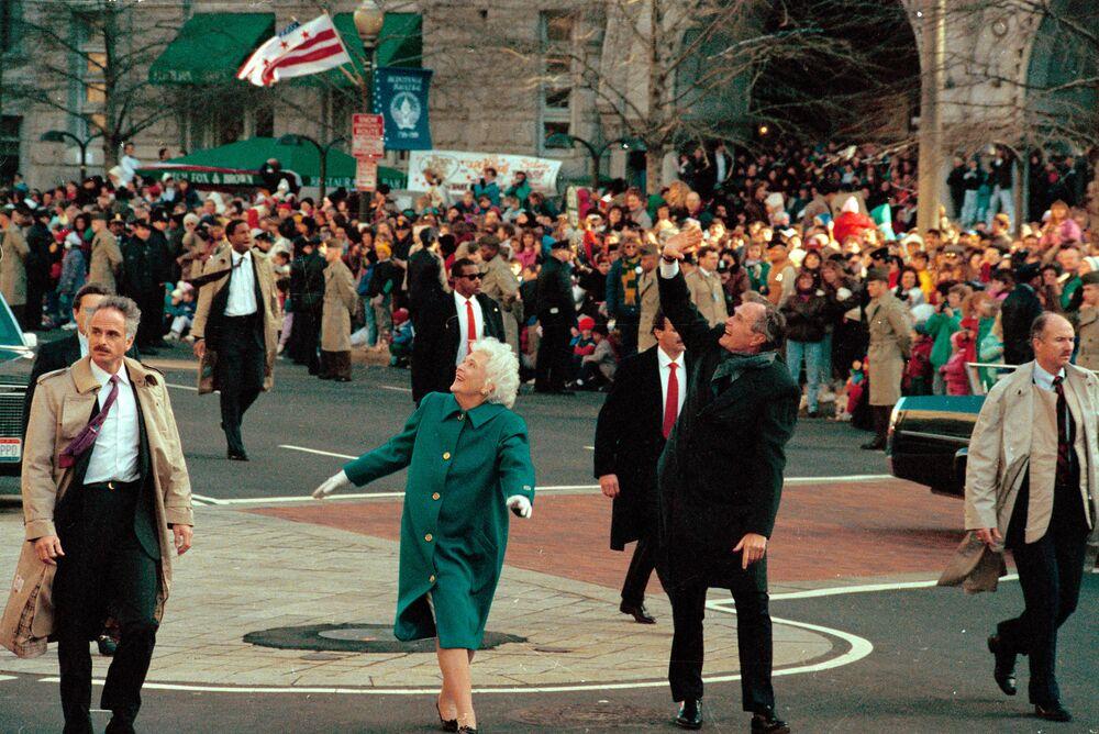 ABD'nin 41. Başkanı George Bush (sağda) ve eşi  Barbara Bush, yemin töreni sırasında vatandaşları selamlıyor, 20 Ocak 1989