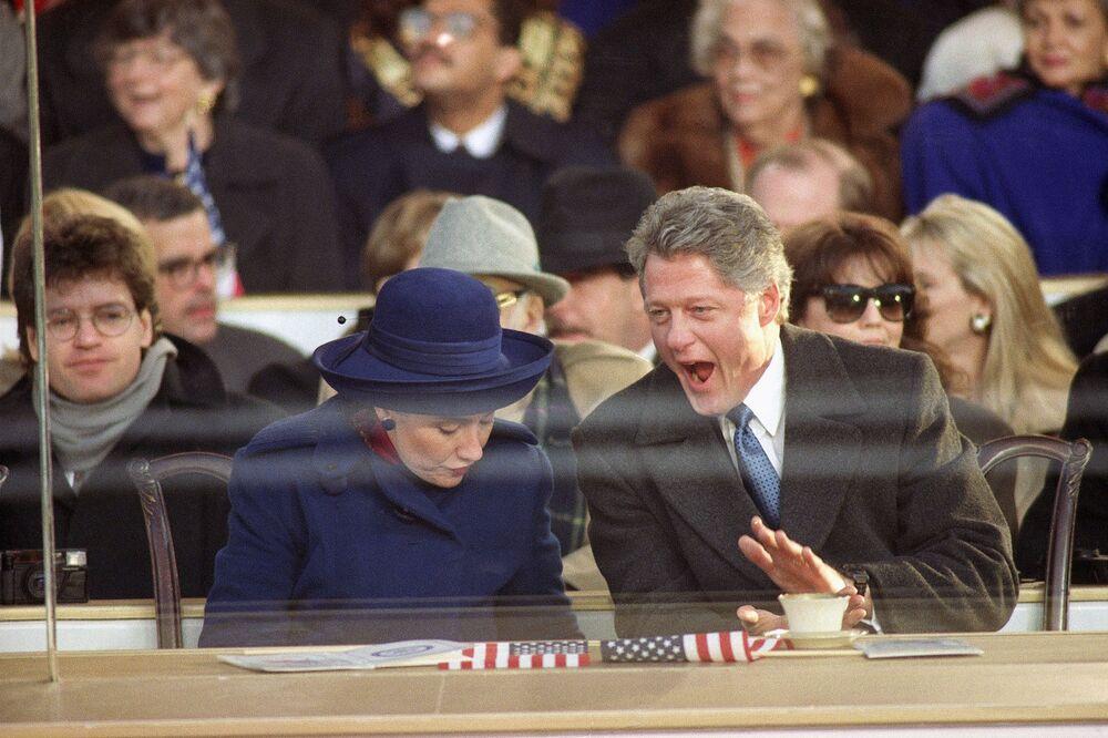 ABD'nin 42. Başkanı Bill Clinton ve eşi Hillary Clinton, göreve başlama töreni kapsamında düzenlenen geçit törenini izlerken, 20 Ocak 1993