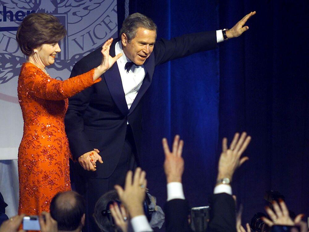 ABD'nin 43. Başkanı George W. Bush ve eşi Laura, Washington'da yemin töreninin ardından düzenlenen başkanlık balosunda, 2001
