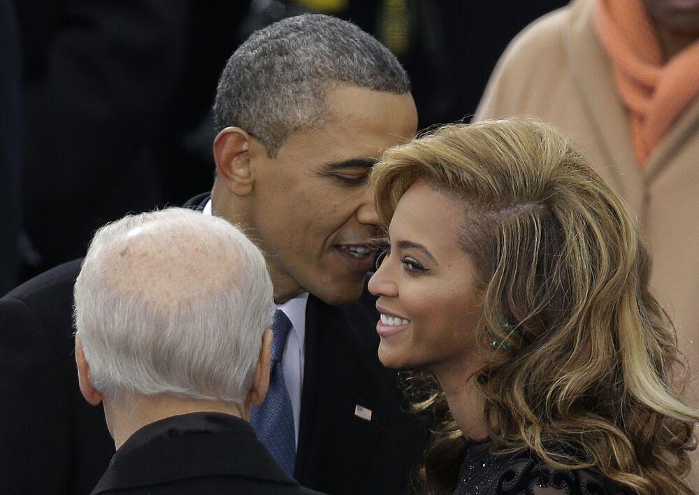 ABD'nin 44. Başkanı Barack Obama, Washington'da yapılan yemin töreninde şarkıcı Beyonce ile sohbet ederken, 2013