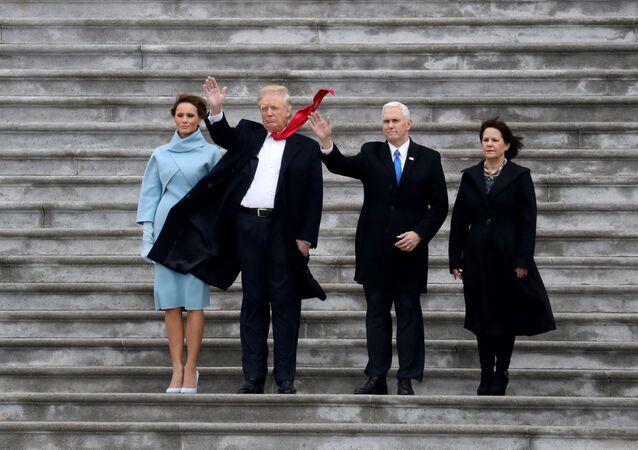 ABD'nin 45. Başkanı Donald Trump, eşi Melania, Başkan Yardımcısı Mike Pence ve eşi Karen, Trump'ın yemin töreni sırasında, 20 Ocak 2017