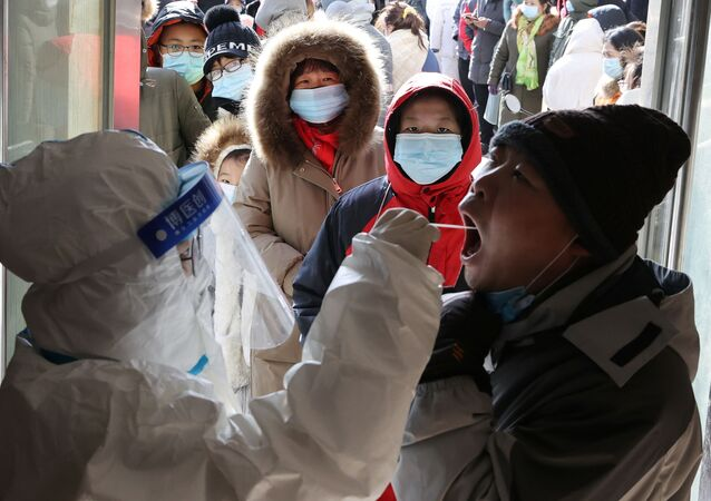 Çin'in Hebei eyaletinin Shijiazhuang kentinde yeni Kovid-19 vakaları görülmesi üzerine toplu nükleik asit testleri yapılırken