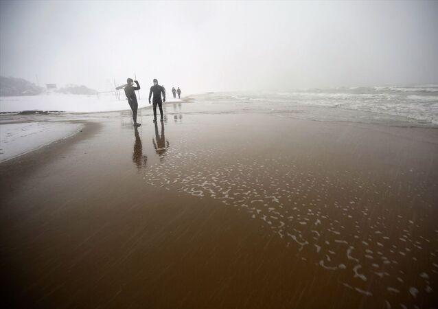 Karadeniz'de İnkumu açıklarında batan kuru yük gemisinin mürettebatından kaybolan 3 kişinin bulunması için çalışmalar devam ediyor.