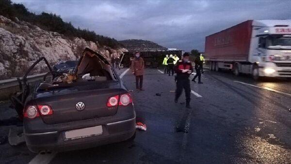 Pozantı-Ankara otoyolunda kamyonla otomobil çarpıştı - Sputnik Türkiye