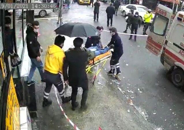 Şişli'de bir kişinin başına buz sarkıtı düştü