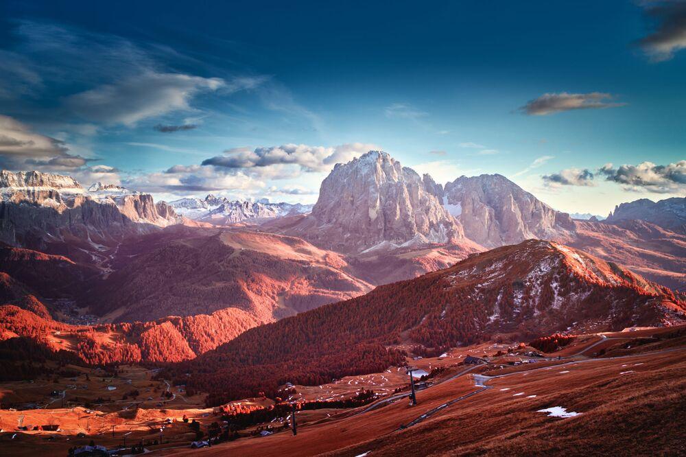 Yarışmanın Manzara kategorisinde dereceye girenlerden Tomasz Grzyb'ın Dolomitler'de Işıklar ve Gölgeler isimli çalışması