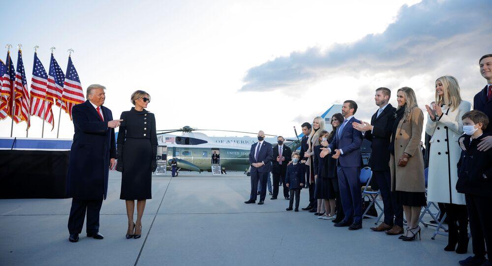 Beyaz Saray'ı terk eden Donald Trump - Melania Trump kendilerine eşlik eden aile üyeleriyle birlikte Andrews Hava Üssü'nde