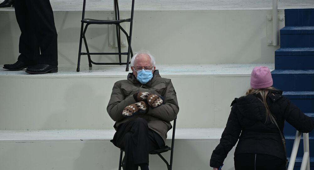 Eski başkan adayı Senatör Bernie Sanders'ın elinde yün eldivenleriyle bacak bacak üstüne attığı pozu da törenin en akılda kalan görüntülerinden oldu.