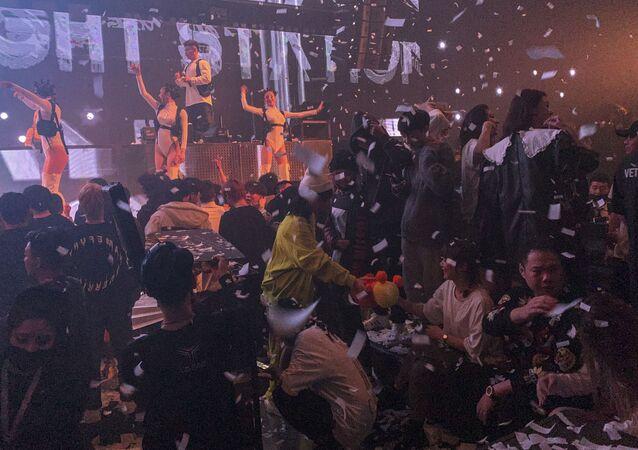 'Dünyanın geri kalanında vakalar hızla artar ve karantinalar sürerken 11 milyon kişinin yaşadığı kentte gençlerin artık zor kazanılmış özgürlüklerinin tadını çıkardıklarını' yazan AFP muhabirleri, ziyaret ettikleri bazı gece kulüplerini ve alınan tedbirleri anlattı. Habere göre kıyafet kuralı ya da VIP listesi olmayan Super Monkey adlı bir gece kulübünde maske zorunlu, girişte de ateş ölçülüyor ve ateşi 37.3'ün üzerinde çıkanlar mekana giremiyor ama dans pistinde maske ve sosyal mesafe kuralına pek uyulmuyor.