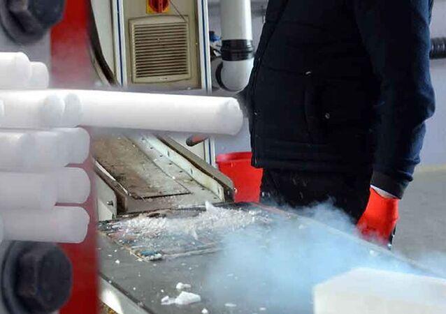 Maraş dondurmasının erimeden taşınmasını sağlayan kuru buzlar