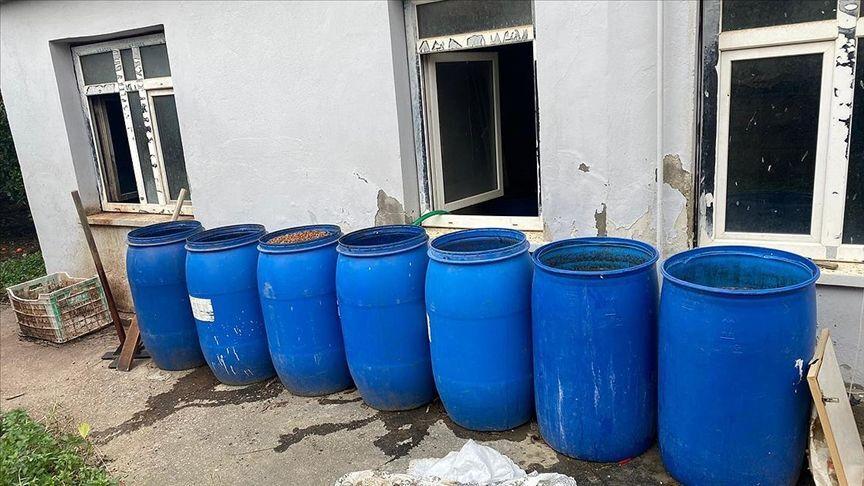 Adana'da 3 adrese düzenlenen operasyonda 2 bin 443 litre sahte içki ele geçirildi, 3 şüpheli gözaltına alındı.