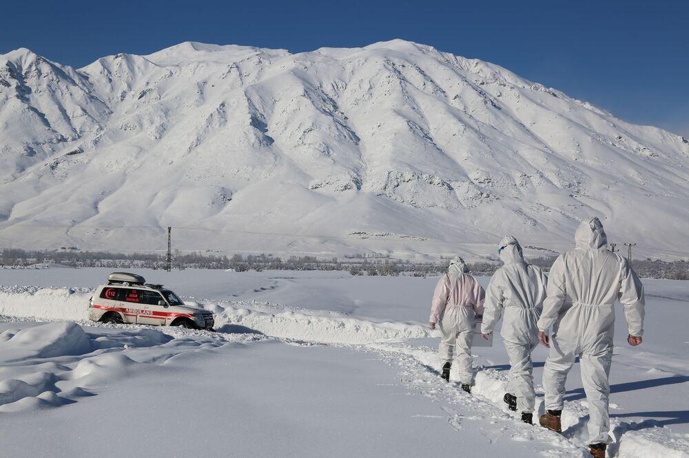 Tunceli'de 51 ekip ve 100 kişiden fazla sağlık çalışanı ile virüsün izini sürüyor. Kar kalınlığının 2 metreyi geçtiği alanlarda, paletli ambulansın gidemediği yollarda ekipler kilometrelerce yürüyor.