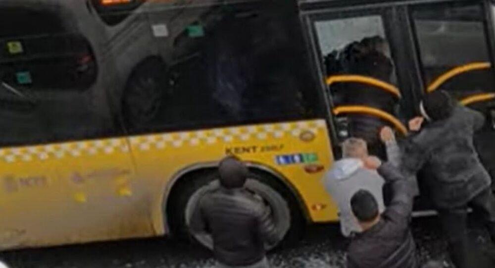 İstanbul'da otobüsün camını kırıp şoförü darp eden kişiler