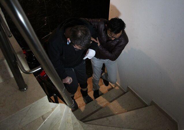 'Asansörde yük taşımayın' uyarısı yapan gaziyi baba oğul dövdü