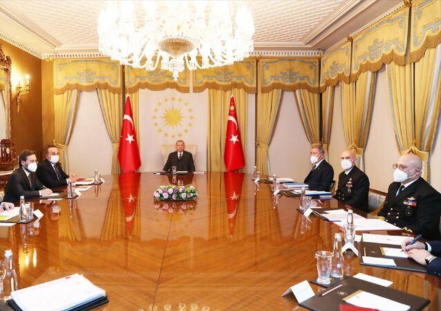 Türkiye Cumhurbaşkanı Recep Tayyip Erdoğan (ortada), Vahdettin Köşkü'nde düzenlenen Dış Politika Değerlendirme Toplantısı'na başkanlık etti. Toplantıya Dışişleri Bakanı Mevlüt Çavuşoğlu (sol 3), Milli Savunma Bakanı Hulusi Akar (sağ 3) ve İletişim Başkanı Fahrettin Altun da (sol 2) katıldı.