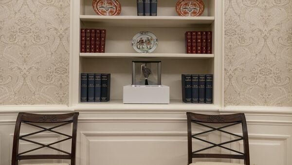 Joe Biden, başkanlığın ilk günü Ay taşı, Oval Ofis'te, Beyaz Saray - Sputnik Türkiye