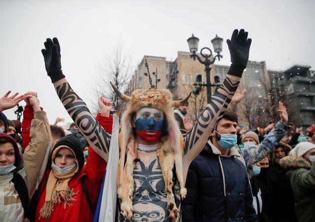 Rusya başkenti Moskova'da muhalif Aleksey Navalnıy'ın serbest bırakılması için düzenlenen protestolara 6 Ocak'taki ABD Kongresi saldırısının 'boynuzlu şamanı'nın kılığına bürünen bir gösterici de katıldı.