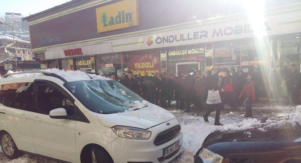 Bitlis'te çatıdan düşen kar kütlesi nedeniyle 4 kişi yaralandı