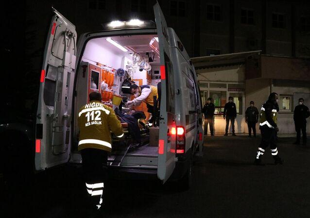 Niğde'de sobadan sızan karbonmonoksit gazından zehirlenen anne hayatını kaybetti, 3 çocuğu hastanede tedavi altına alındı.