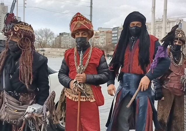 Taksim'de kostümle gezerek turistlerden selfie çekilme karşılığında para isteyen kişiler