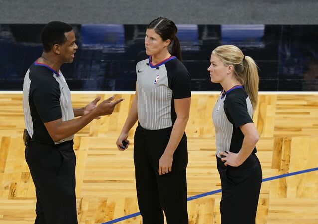 NBA'de hakemler Sean Wright, Natalie Sago, Jenna Schroeder