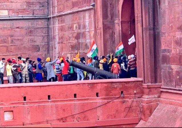 Hindistan'da Cumhuriyet Bayramı'nı Traktör Günü'ne çeviren protestocu çiftçiler, Delhi'de Kızıl Kale'ye girerken