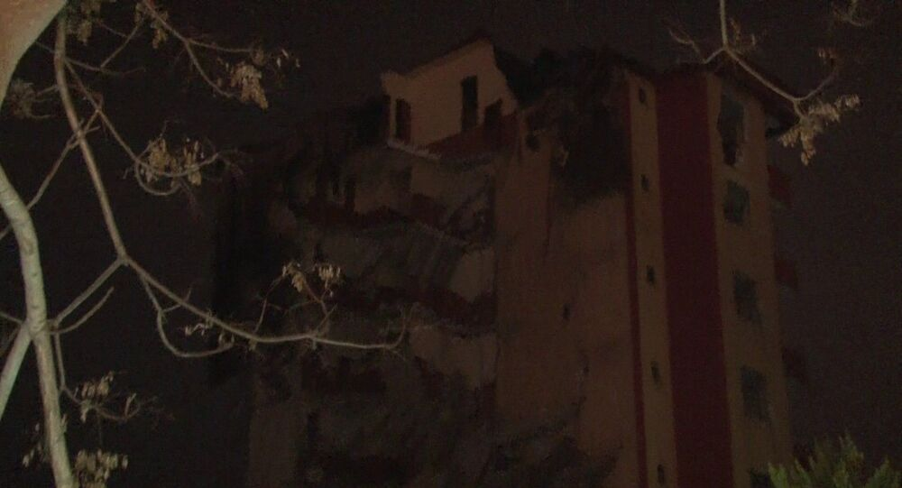 Maltepe'de çatlaklar oluşan ve tehlike arz eden binalar yıkılmaya başlandı. Yıkımına başlanan bir bina gün sonu nedeniyle yarım bırakıldı. Şiddetli lodos nedeniyle yarım kalan bina göçtü