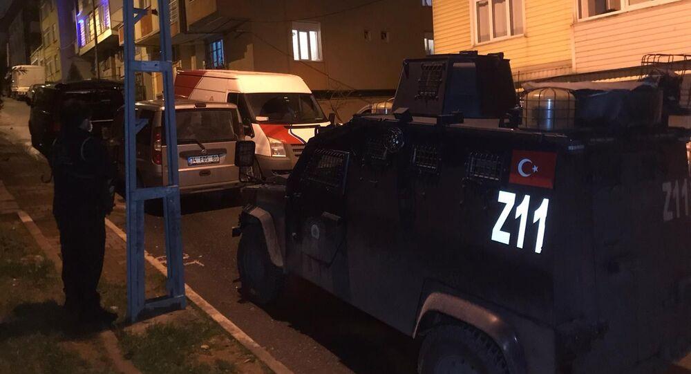 İstanbul'un 4 ilçesinde, gözaltı kararı verilen 14 kişinin yakalanması için eş zamanlı operasyon düzenlendi. Çok sayıda şüpheli yakalandı.