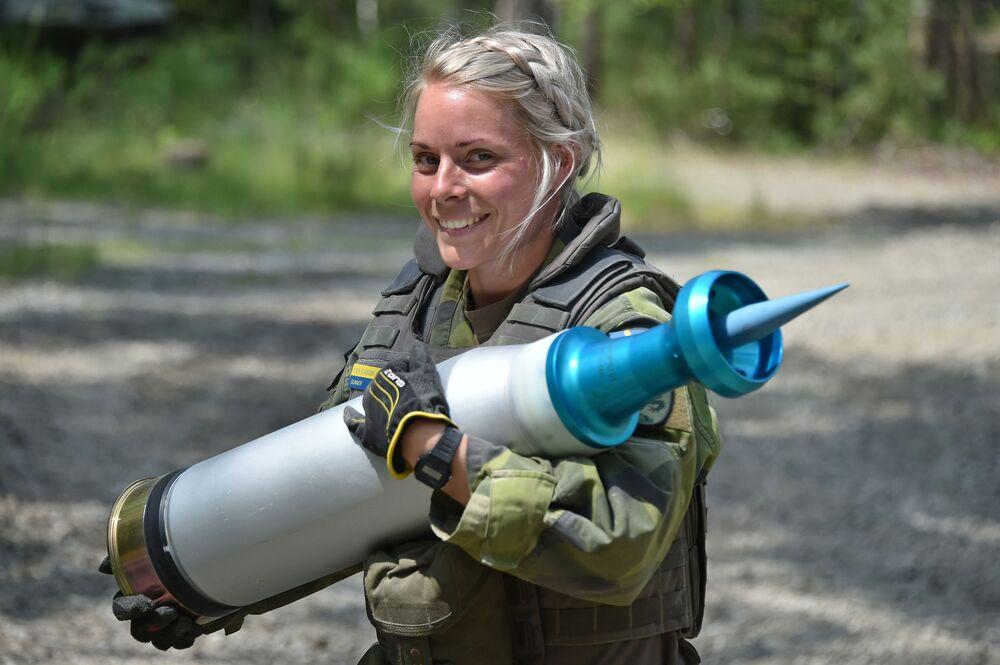 İsveç ordusunda görev yapan kadın asker, tank birliklerinin tatbikatı sırasında