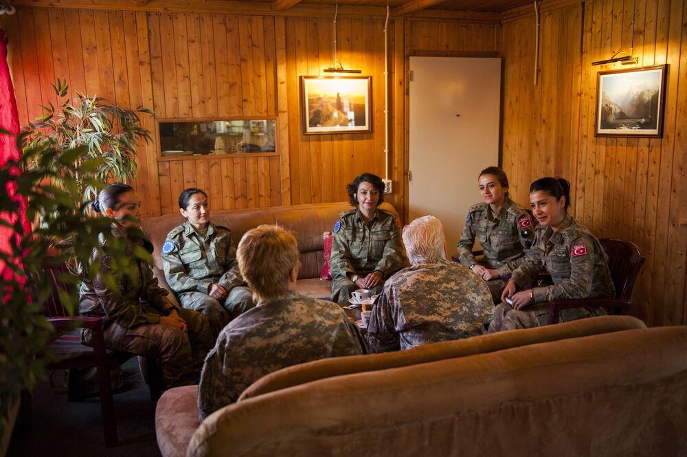 Türk Kara Kuvvetleri'nde görev alan kadın subaylar, NATO Karargahı Saraybosna Komutanı ile görüşürken