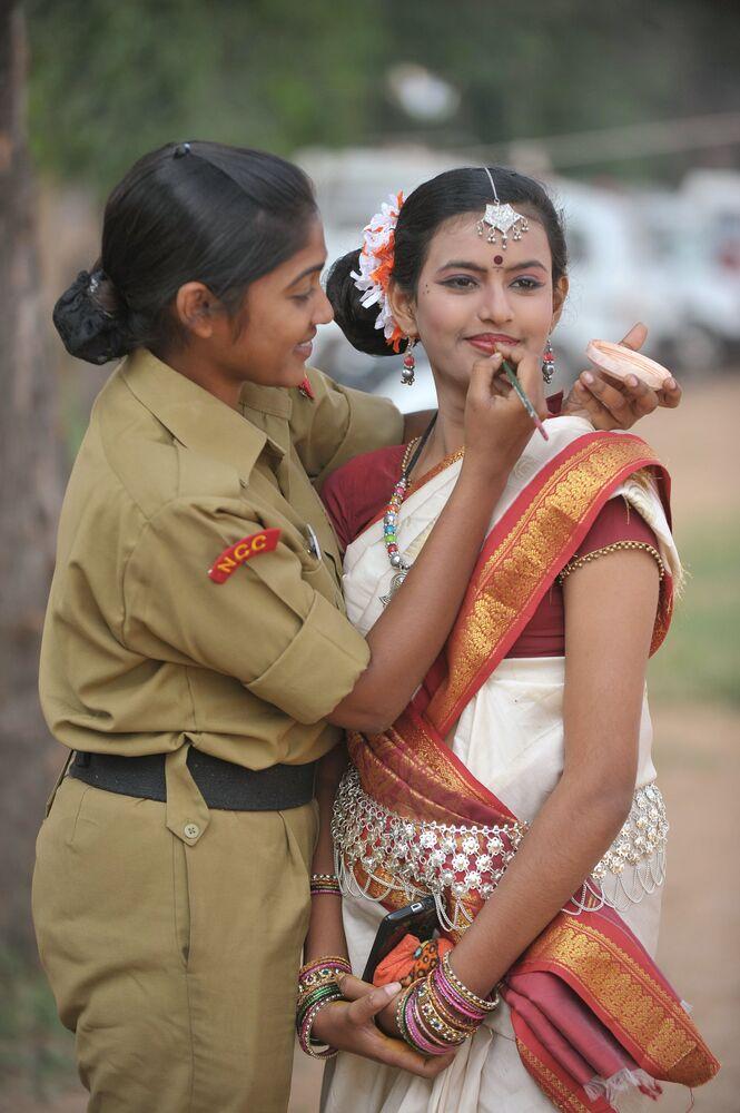 Hindistan Ulusal Harp Okulu'nun kadın öğrencileri, okul kuruluşunun  66. yıldönümü nedeniyle düzenlenen kutlamalara hazırlanırken