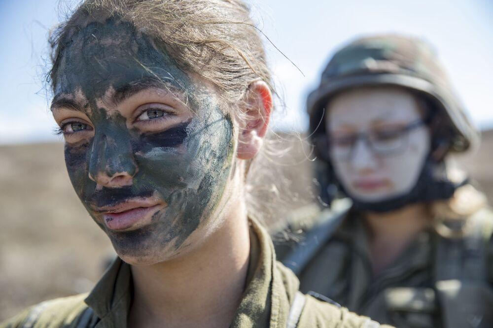 İsrailli kadın askerler, tatbikat sırasında