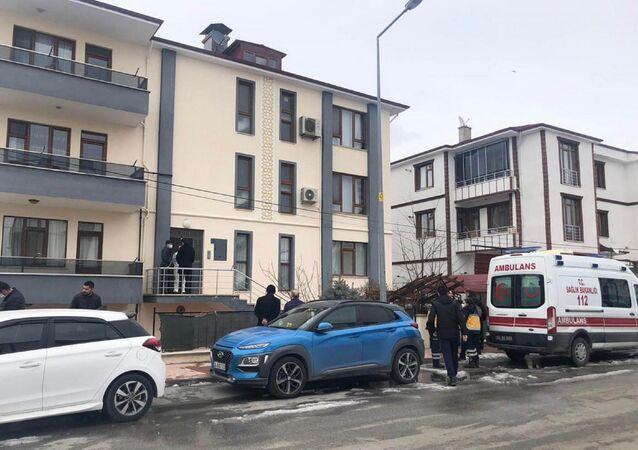 Polis memuru ve öğretmen eşinin ölü bulunduğu ev