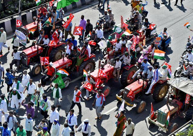 Hindistan'da çiftçilerin 26 OcakCumhuriyet Bayramı'nda düzenlediği Traktör Yürüyüşü'nün Bangalore ayağından bir sahne