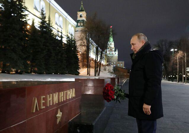 Putin Moskova'daki Leningrad anıtına çiçek bıraktı