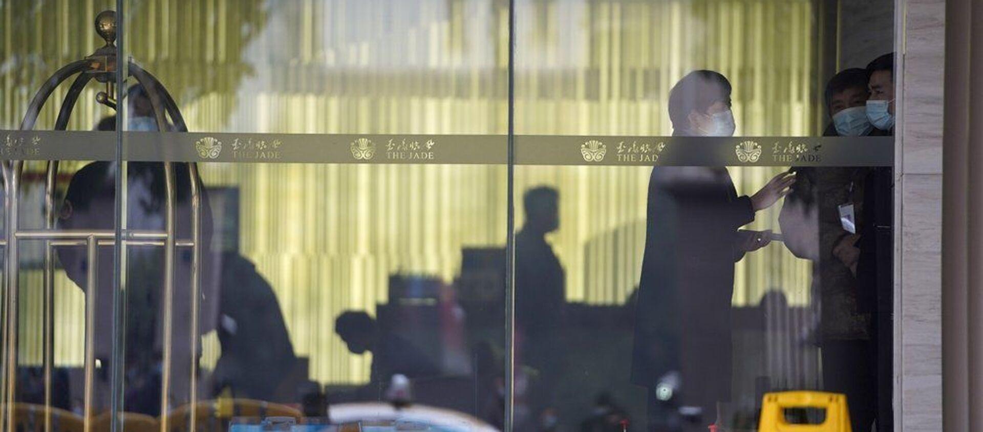 Vuhan, DSÖ üyeleri otelden çıkış için bekliyor. - Sputnik Türkiye, 1920, 23.03.2021