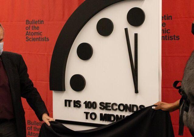 Atom Bilimcileri Bülteni'nin 1947'de kurduğu 'Kıyamet Saati' (Doomsday Clock),koronavirüs pandemisi döneminde geçen yıl ilerlediği geceyarısına 100 saniye kaladanbu yıl da geriye gidemedi.
