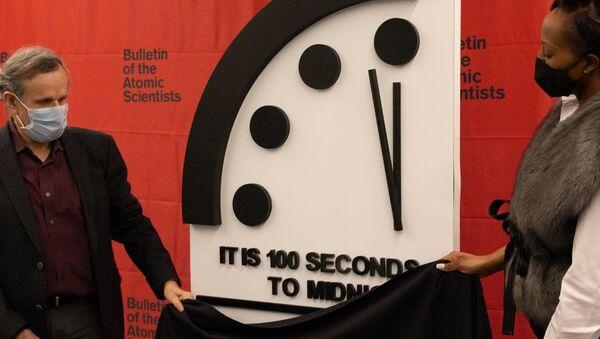 Atom Bilimcileri Bülteni'nin 1947'de kurduğu 'Kıyamet Saati' (Doomsday Clock),koronavirüs pandemisi döneminde geçen yıl ilerlediği geceyarısına 100 saniye kaladanbu yıl da geriye gidemedi. - Sputnik Türkiye