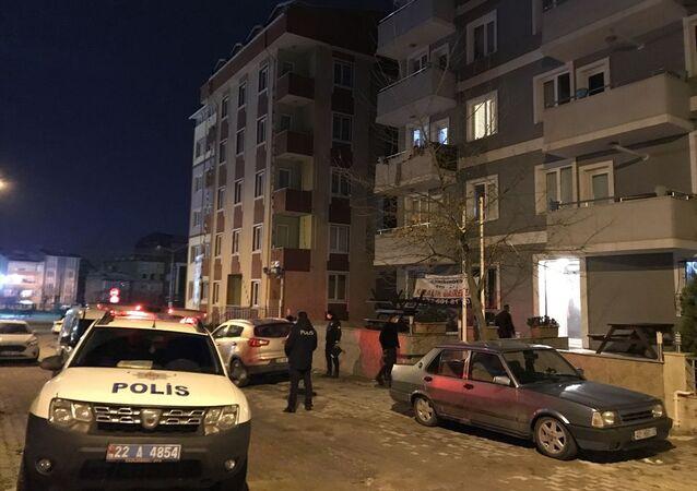 Edirne'de koronavirüs tedbirleri kapsamında uygulanan kısıtlamayı doğum günü partisi düzenleyerek ihlal eden 7 kişiye para cezası uygulandı. Sokağa çıkma kısıtlamasını ihlal etmek ve maske kullanmamaktan 7 kişiye 28 bin 560 lira para cezası uygulandı.