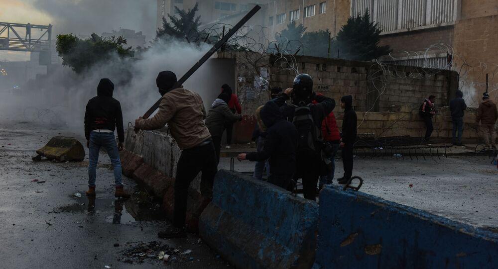 Lübnan Kızılhaç Örgütü tarafından yapılan açıklamada, Lübnan'ın Trablusşam kentinde sokağa çıkma yasağı protestolarının 4'üncü gününde, 102 kişinin yaralandığı belirtildi.