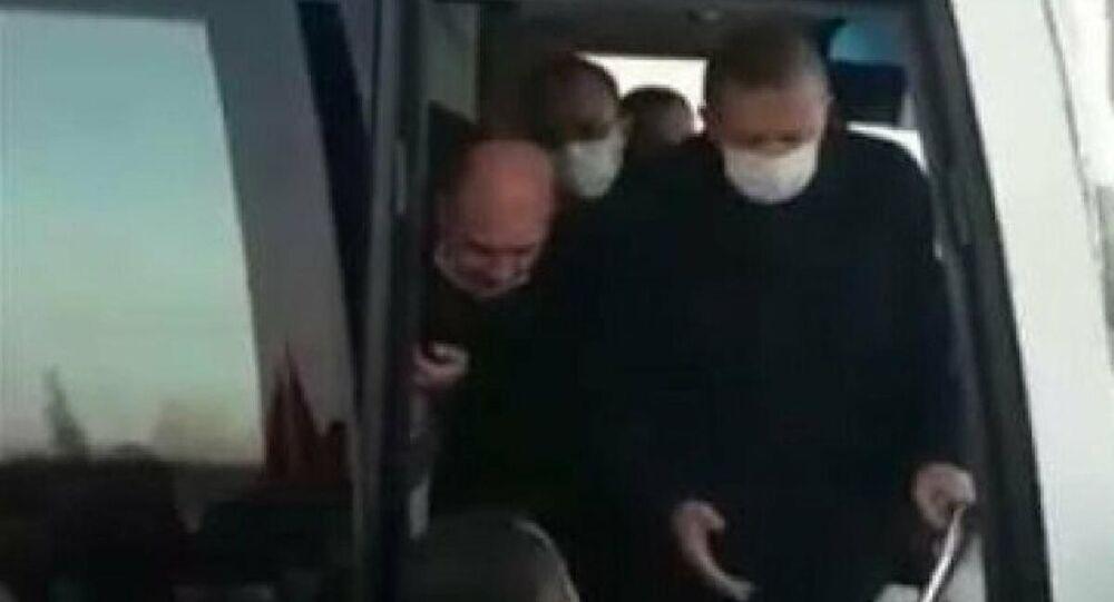 Cumhurbaşkanı Erdoğan'ın bindiği otobüsün önüne geçen vatandaşlar, 'devlet benim' diyen kişiyi şikayet etti