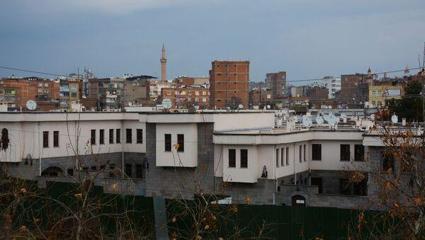 Diyarbakır'ın Sur ilçesinde, 'acele kamulaştırma' kararıyla 30 ila 100 bin TL arasında bir değerle alınan evlerin yerine yapılan villalar, emlak sitelerinde 600 bin ila 2 milyon TL arasında bir fiyatla satışa çıkarıldı. - Sputnik Türkiye