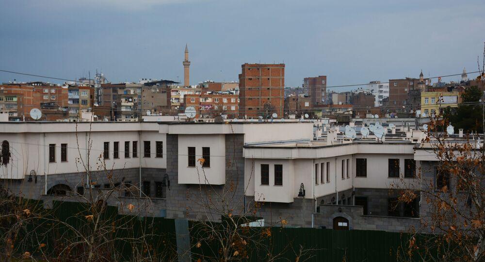 Diyarbakır'ın Sur ilçesinde, 'acele kamulaştırma' kararıyla 30 ila 100 bin TL arasında bir değerle alınan evlerin yerine yapılan villalar, emlak sitelerinde 600 bin ila 2 milyon TL arasında bir fiyatla satışa çıkarıldı.