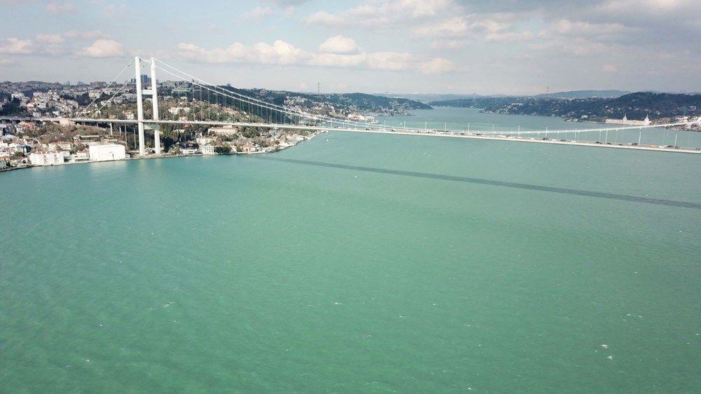 """Prof. Dr. Toros, İstanbul Boğazı'ndaki renk değişiminin genelde yaz aylarında karşılaşılan bir durum olduğunu belirtti: """"Bugünlerde biliyorsunuz deniz son derece dalgalı ve kuzeyden hava hareketleri var. Su hareketleri var.  Karadeniz bu mikroorganizmalar yönünden son derece zengin. Uzmanlar bunu söylüyorlar. Tabii ki bunların dalgalarla beraber bol miktarda suyun içine karıştığını görüyoruz. Bu karışmanın sonucu olarak biz normal mavi olan deniz suyu rengini turkuaza doğru değiştiğini görüyoruz. İstanbul'da bu daha çok bahar aylarında bilhassa mayıs ve haziran aylarında görülür. Ama işte böyle çok ender de olsa yılın belli dönemlerinde, çok kuvvetli poyraz olduğu zaman deniz su renginin değiştiğini görebiliyoruz. Bu tamamen güneş ışığının atmosfer boyunca kat ettiği mesafe, deniz su yüzeyine giriş açısı ve suyun içeriğindeki mikroorganizmaların miktarı, yoğunluğu ve onların kendi içindeki faaliyetlerine bağlı olarak renk değişikliğini görebiliyoruz."""
