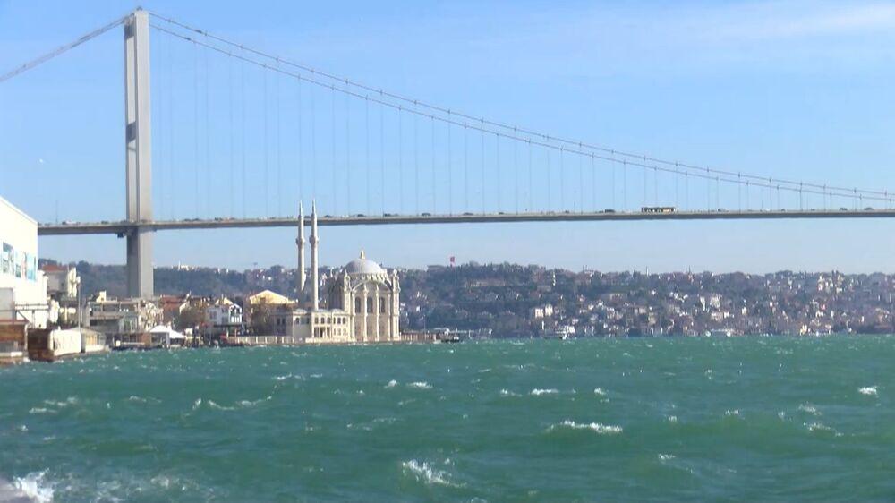 """Çevre Mühendisi Prof. Dr. Mustafa Öztürk ise, şunları kaydetti: Boğaz'daki bu turkuaz olayları genelde yaz aylarında oluşurdu. Ama ilk defa kış ayında turkuaz olayı görüldü. Bunun sebebini araştırdığımız zaman Karadeniz'den kuvvetli rüzgarla gelen fitoplankton dediğimiz maddeler. Bunlar suyun yüzeyini mavi renge dönüştürüyor. Özellikle bu son zamanlarda daha sık yaşanmaya başlandı. Fitoplanktonlar doğadaki soluduğumuz oksijenin yüzde ellisini üretiyorlar. Denizlerde yaşıyorlar. Azot ve fosfor gibi maddelerle besleniyorlar. Güneş ışığı yardımıyla oluşuyorlar."""""""