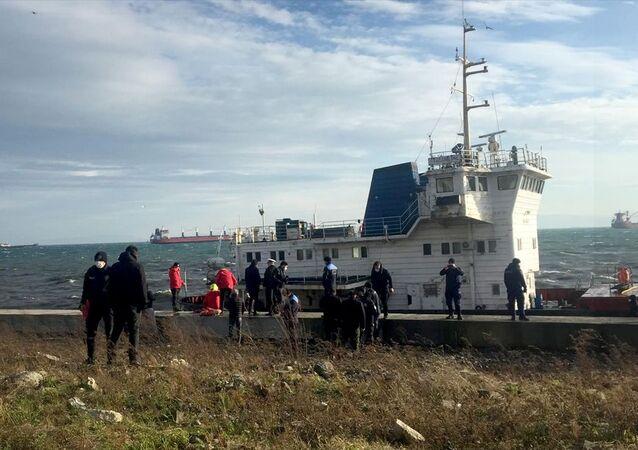 Zeytinburnu Sahili'nde karaya oturan kargo gemisi