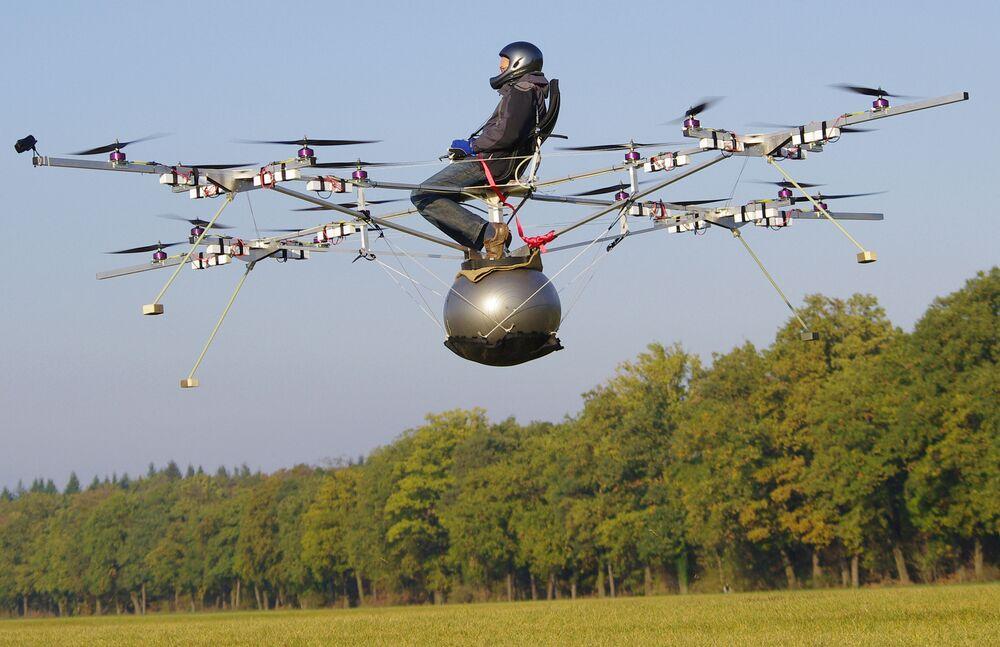 Ekim 2011'de gerçekleşen ilk elektrikli multikopter E-Volo'nun test uçuşu, bir buçuk dakika sürdü
