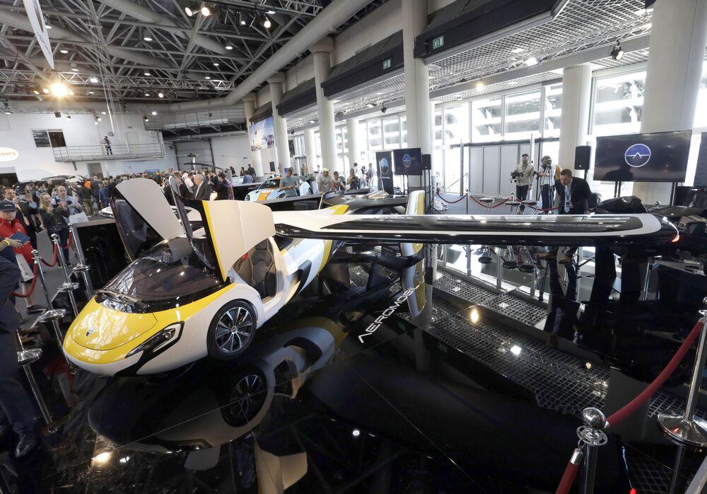 AeroMobil  şirketi tarafından  Monako'da tanıtılan uçan otomobil prototipi