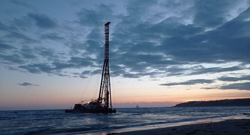 Tekirdağ'ın Şarköy Limanı'ndan Ambarlı'ya götürülen iskele yapımında kullanılan duba, olumsuz hava koşulları nedeniyle Silivri'de karaya oturdu.