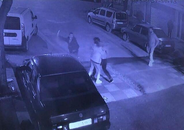 Arkadaşını sokak ortasında gözünden bıçakladı